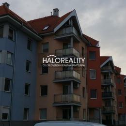 Ponúkame na predaj troj izbový byt na sídlisku Nová Ves v Dunajskej Strede.Byt sa nachádza na prízemí obytného domu s výťahom, celková plocha bytu je ...