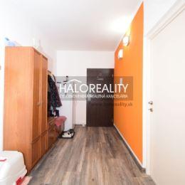 Ponúkame Vám na predaj kompletne zrekonštruovaný trojizbový byt s výhľadom na okolitú prírodu v Partizánskom na sídlisku Šípok. Byt má rozlohu 77m². ...