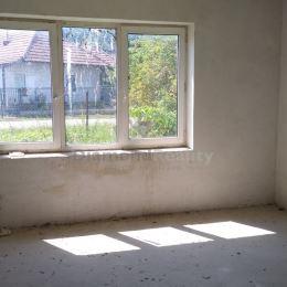 Ponúkame na predaj 3 izbový rodinný dom nachádzajúci sa na 14 árovom pozemku v obci Svätoplukovo 13 km od Nitry. Šírka pozemku 21 m. Možnosť rozdeliť ...