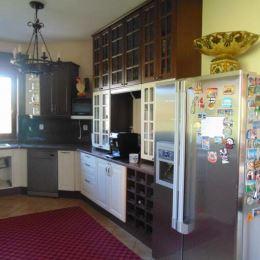 Na predaj veľký, luxusný 6-izbový Rodinný dom v Tatranskej obci Ždiar. Dom má jedno nadzemné a jedno podzemné podlažie. V hlavnej časti domu sa na ...