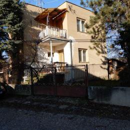 Na predaj rodinný dom, 130 m2 a celková výmera pozemku je 1410 m2, Keť, Levice. Dom je v pôvodnom stave, ale je ZDRAVÝ, steny sú suché a nie sú ...