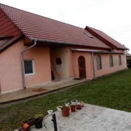 Na predaj pekný rodinný dom, 193 m2 a celková výmera pozemku je 1220 m2, Čata, Levice. V dome 1 časti na prízemí sa nachádza vstupná chodba, ...