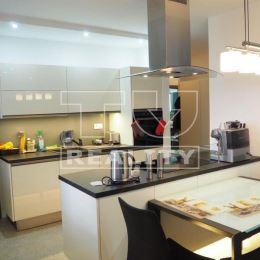 TU reality Vám ponúka na predaj 3 - izbový exkluzívny a priestranný byt s veľkou terasou o výmere 27 m2 v novostavbe v Nitre na Nedbalovej ul. ktorá ...