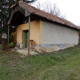 Na predaj Viničný dom, 64 m2 a celková výmera pozemku je 1740 m2, smer Šikloš, Levice. V domčeku je 1 miestnosť, kde je aj vstup do pivnice a ďalšia ...